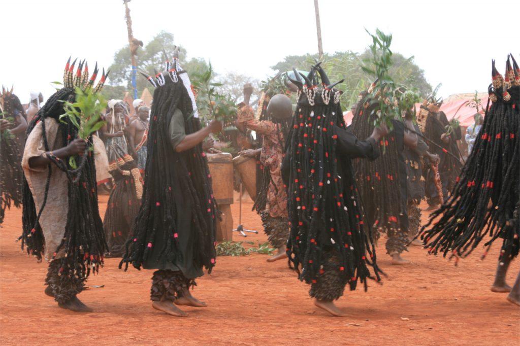 Taniec rytualny w maskach afrykańskich