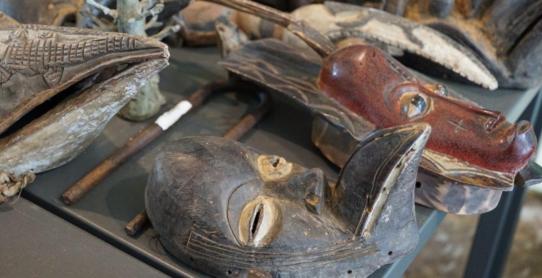 Maska z gliny – czym różni się od drewnianej?